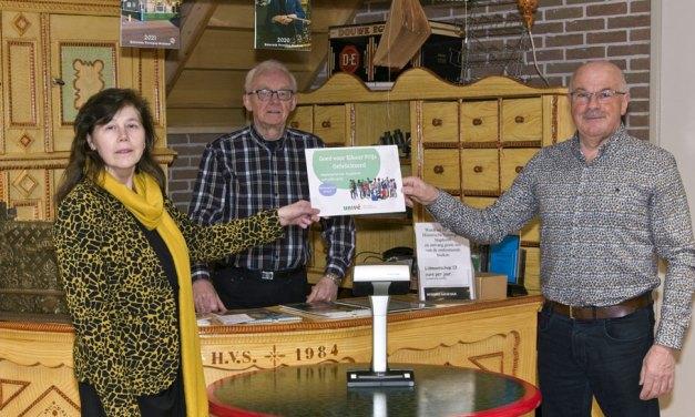 Historische Vereniging Staphorst ontvangt een cheque van Univé Stad en Land