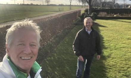 D66-kandidaat Wybren Bakker in gesprek met Piet la Roi van Wij Duurzaam Staphorst tijdens 'verbindingstoer' door Overijssel