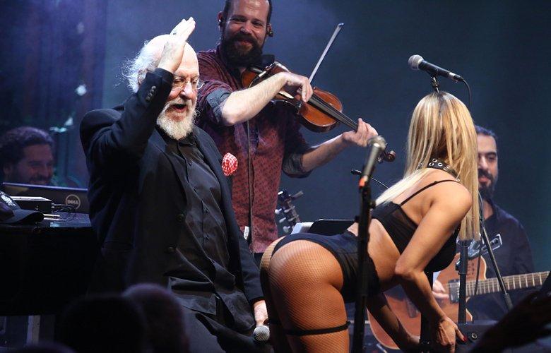 Τα καυτά οπίσθια της χορεύτριας που έκανε στριπτίζ στον Σαββόπουλο – News.gr