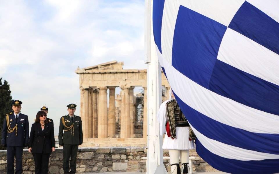 Η Αικ. Σακελλαροπούλου παραβρέθηκε στην έπαρση της σημαίας στην Ακρόπολη | Ελλάδα