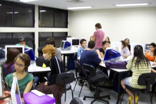 Alunos do terceiro semestre da PUC-RS pouco antes de aula sobre jornalismo digital (Foto: Alec Duarte)