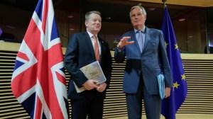 """В търговски спор Великобритания иска ЕС да отложи """"забраната за колбаси""""."""