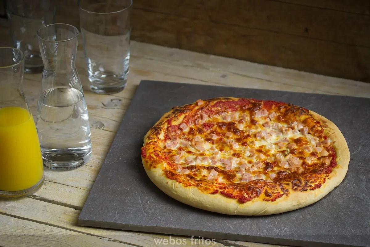 Pizza de lacn y tres quesos  webos fritos