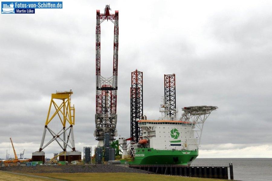 Der Windkrafterrichter INNOVATION wurde 2012 in der Crist Werft in Gdingen (Polen) fertiggestellt. Das Schiff ist 161m lang und 42m breit. Hier gibt es gerade im Offshore-Hafen in Cuxhaven. Der große Liebherr Kran kann bis zu 1500t heben.