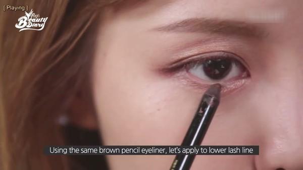 Cách kẻ viền mắt tự nhiên bằng bút chì, bút nước