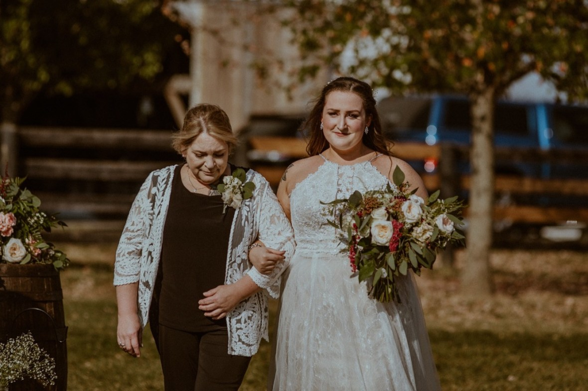 18_WTCM6774aa_Rustic_Red_Wedding_Kentucky_Barn_At_Falling_orchard_Shelbyville