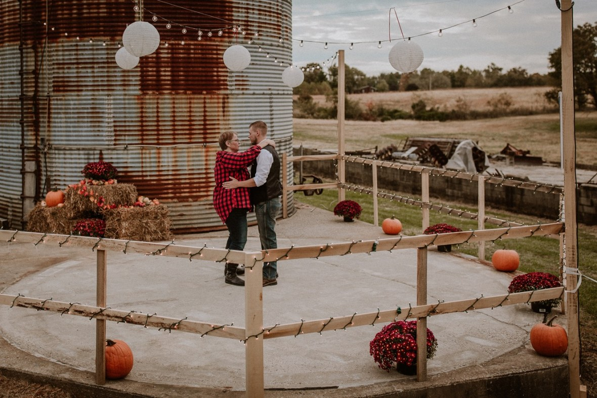 41_WCTM6531ab_Rustic_Indiana_Southern_october_Wedding_Corydon_Falling