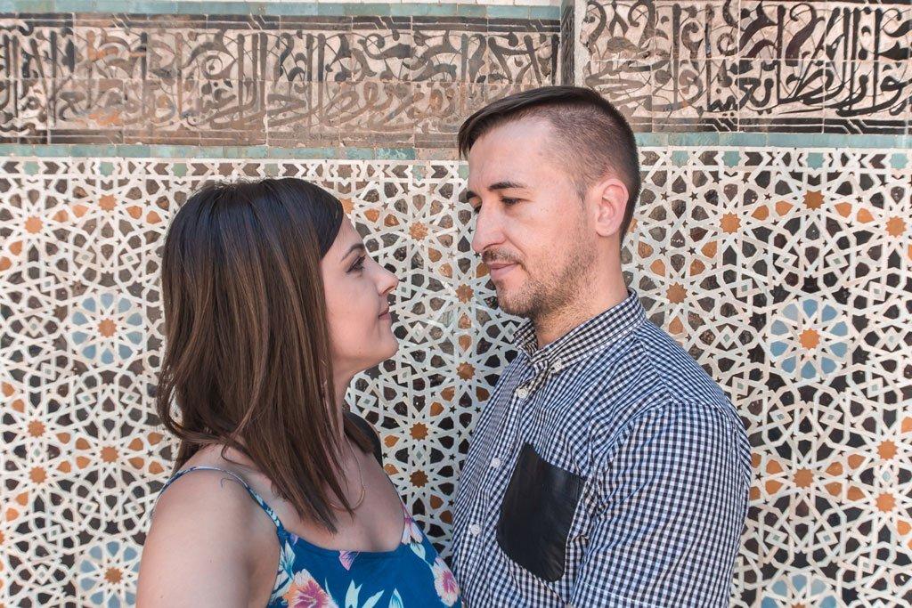 Pareja viajeros de escapada en Fez, Marruecos