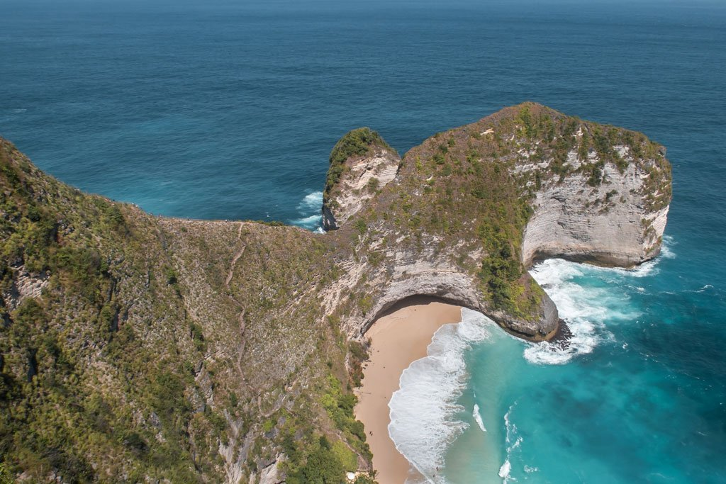 Vistas hacía la playa Kelingking - Nusa Penida, Indonesia
