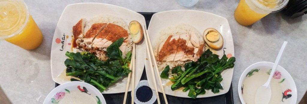 Plato de comida asiatica con pollo y arroz y zumo natural de mango - Singapur