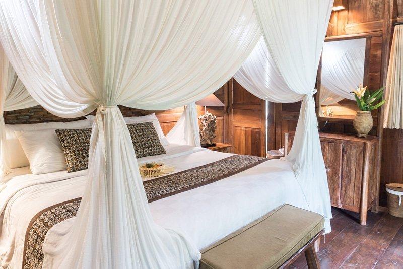 Cama con dosel en villa privada en el alojamiento Madani Antique Villas - Tegallalang, Bali