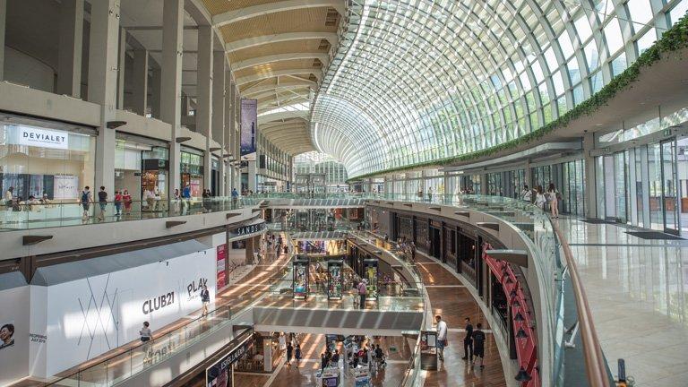 Interior del centro comercial The Shoppes Marina Bay Sands, Singapur
