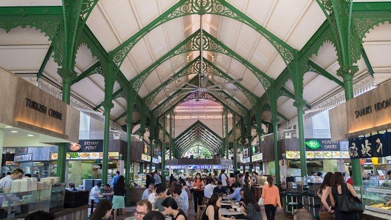 Personas comiendo en el Telok Ayer Hawker Centre en Singapur