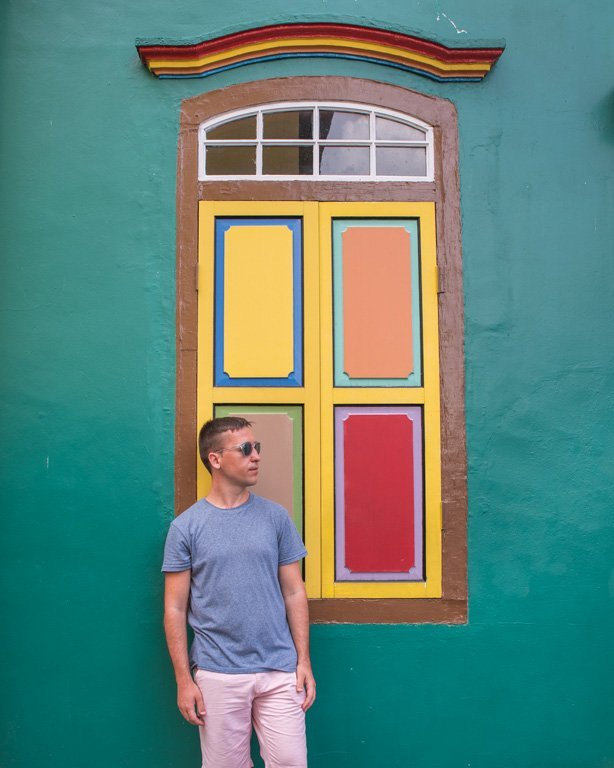 Hombre joven delante de la casa Tan Teng Niah, Little India - Singapure