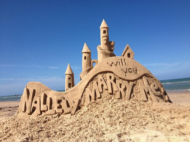 ビーチの砂の城を使ったプロポーズ!