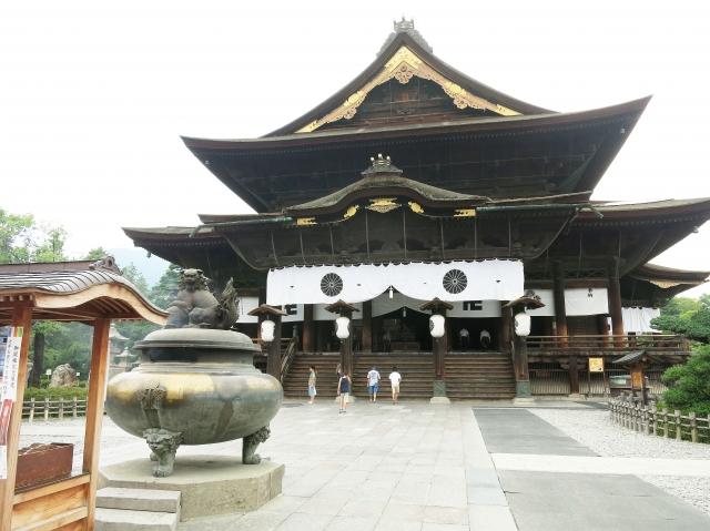 仏前式で有名な善光寺