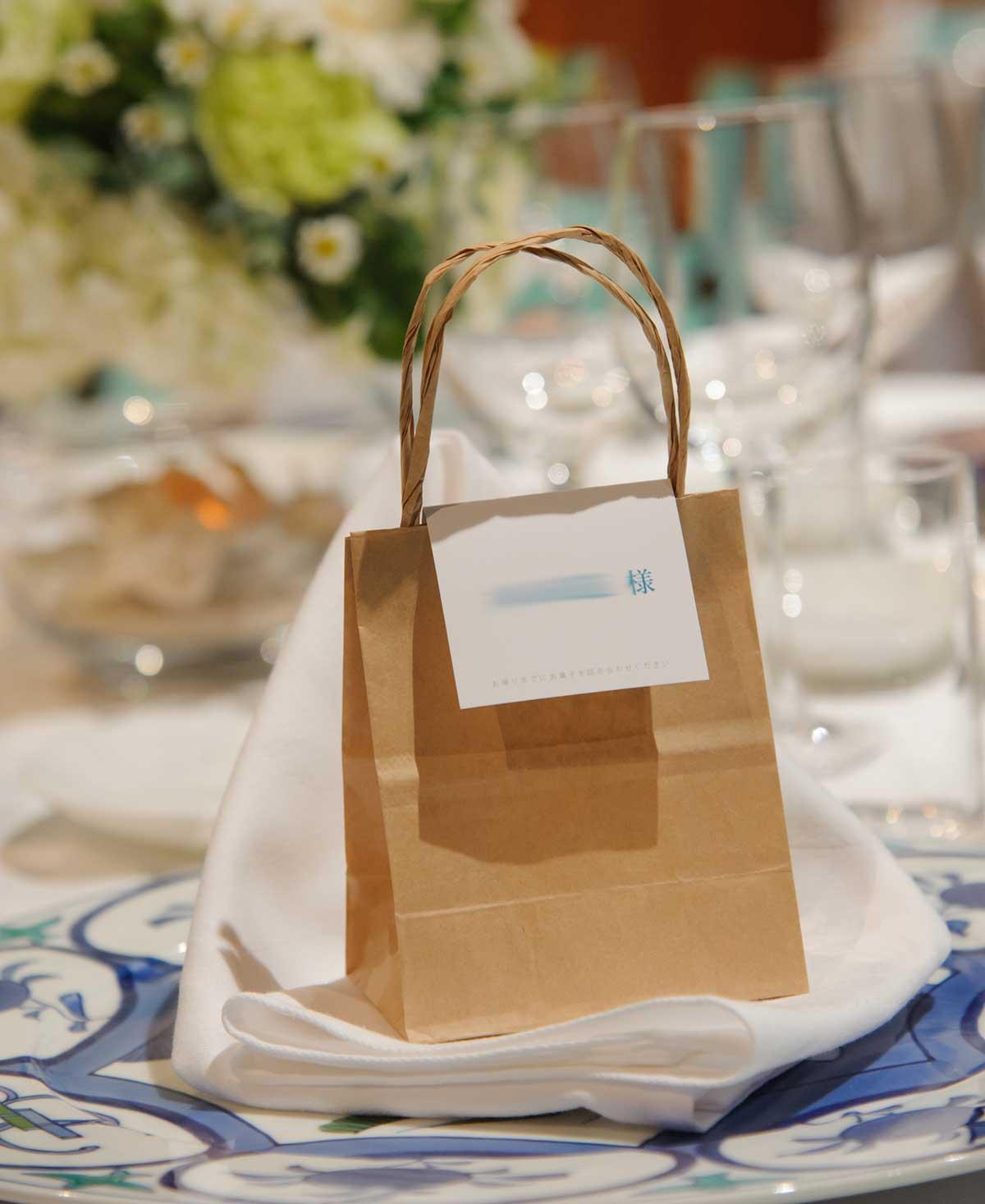 席札とお菓子の紙袋