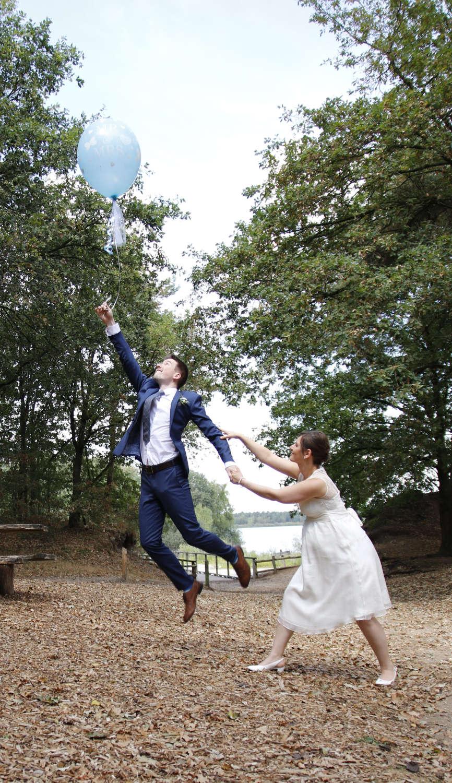 Kreatives Hochzeitsfoto; Hochzeitsfoto mit Sprung durch Fotograf in Monheim