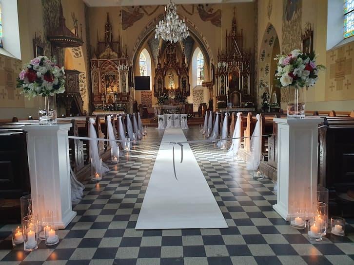 dekoracja kościoła na ślub biel