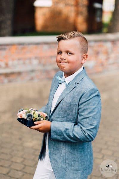 fryzury na wesele dla chłopców niesie obrączki poduszka