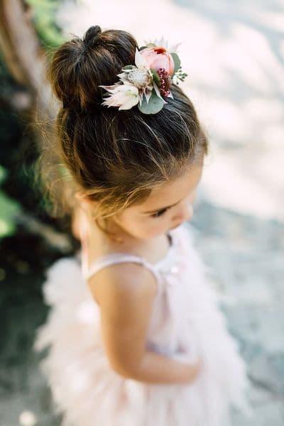 fryzury na wesele dla dziewczynek kok kwiaty