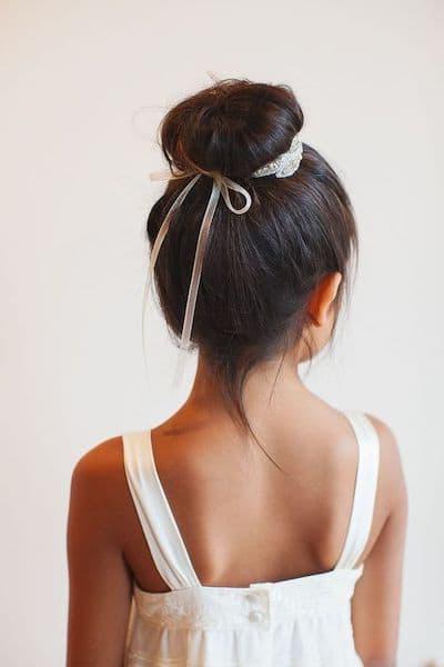 fryzura dziewczynka kok wysoki elegancki