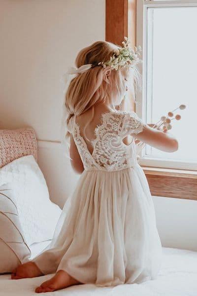 fryzury na wesele dla dzieci rozpuszczone włosy wianek