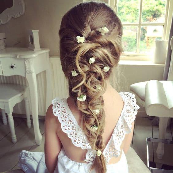 fryzury na wesele dla dziewczynek warkocz kwiaty