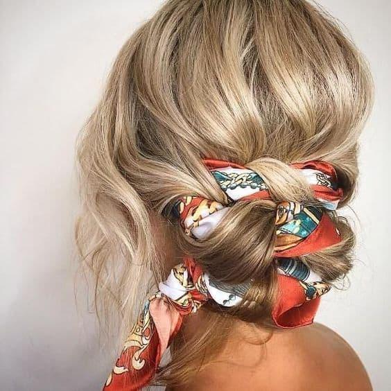 fryzura lato niski kok ze wstążka