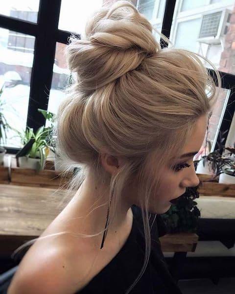 fryzura gość weselny kok wysoki