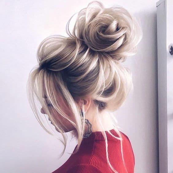 fryzura wesele kok wysoki blondynka