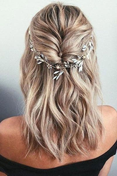 fryzury na wesele włosy do ramion opaska