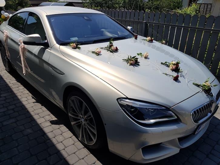 kwiaty na ślub dekoracja samochodu