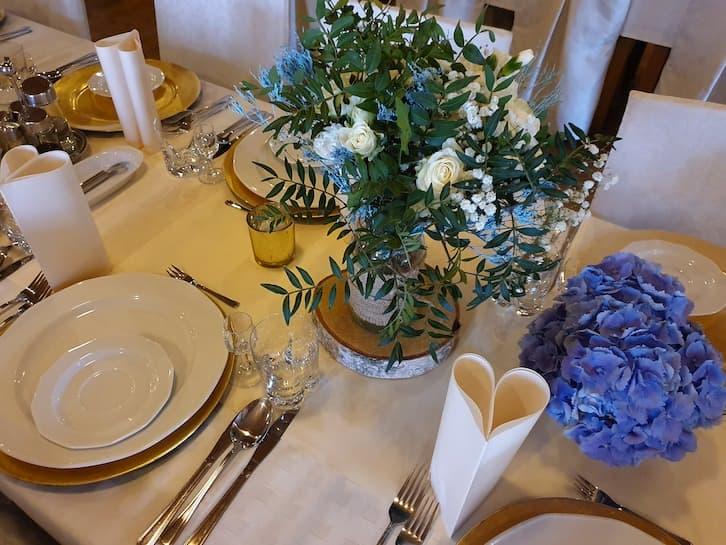 kwiaty na wesele stół gości rustykalne
