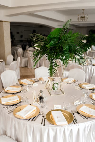 dekoracja stołów weselnych liście tropikalne palmy