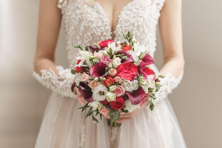 panna młoda suknia ślubna glamour bukiet