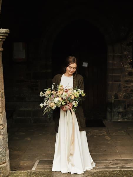 wesele w stylu rustykalnym okrycie ślubne