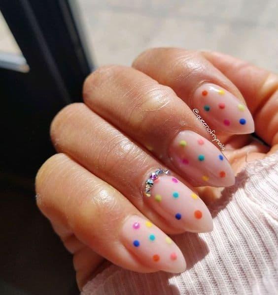 manicure wesele kropki kolorowe