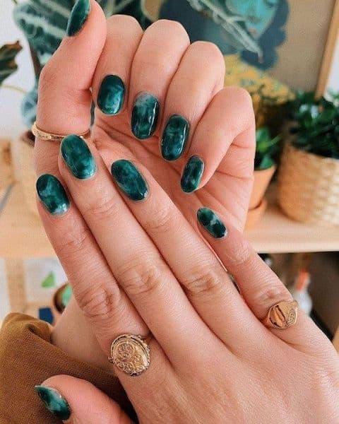 paznokcie na wesele marmurki zielone