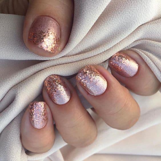 paznokcie na wesele rose gold brokat