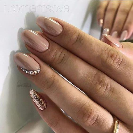 paznokcie nude złoto lustrzane