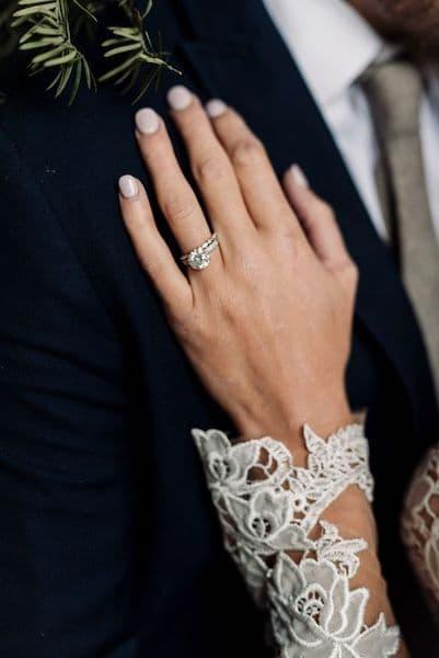 paznokcie ślubne nude pierścionek