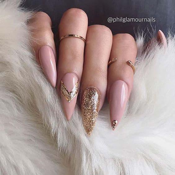 manicure złoto brokat