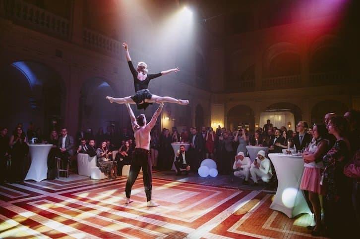 pokaz akrobatyczny niespodzianka dla młodej pary