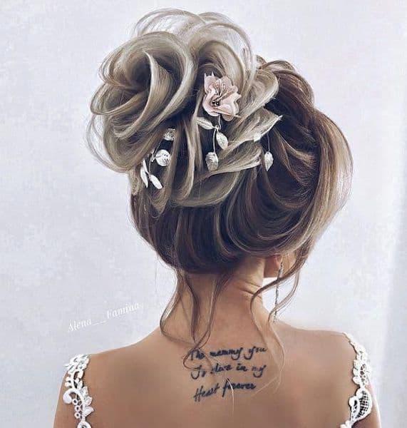 upięcia ślubne kok wysoki kwiaty romantyczny