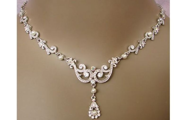 Pearls and metal vintage necklace