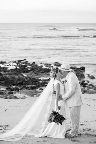 boho wedding couple kiss