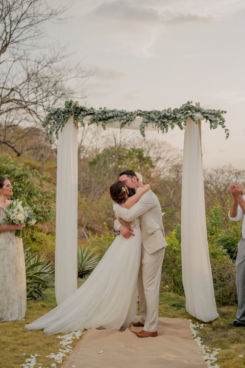wedding-arch-bride-groom-kiss
