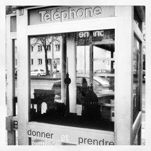 Bücherbox vor dem Centre Francais in einer französischen Telefonzelle