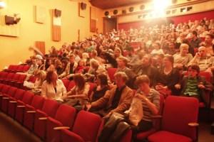 Gut gefüllter Kinosaal bei der Eröffnung